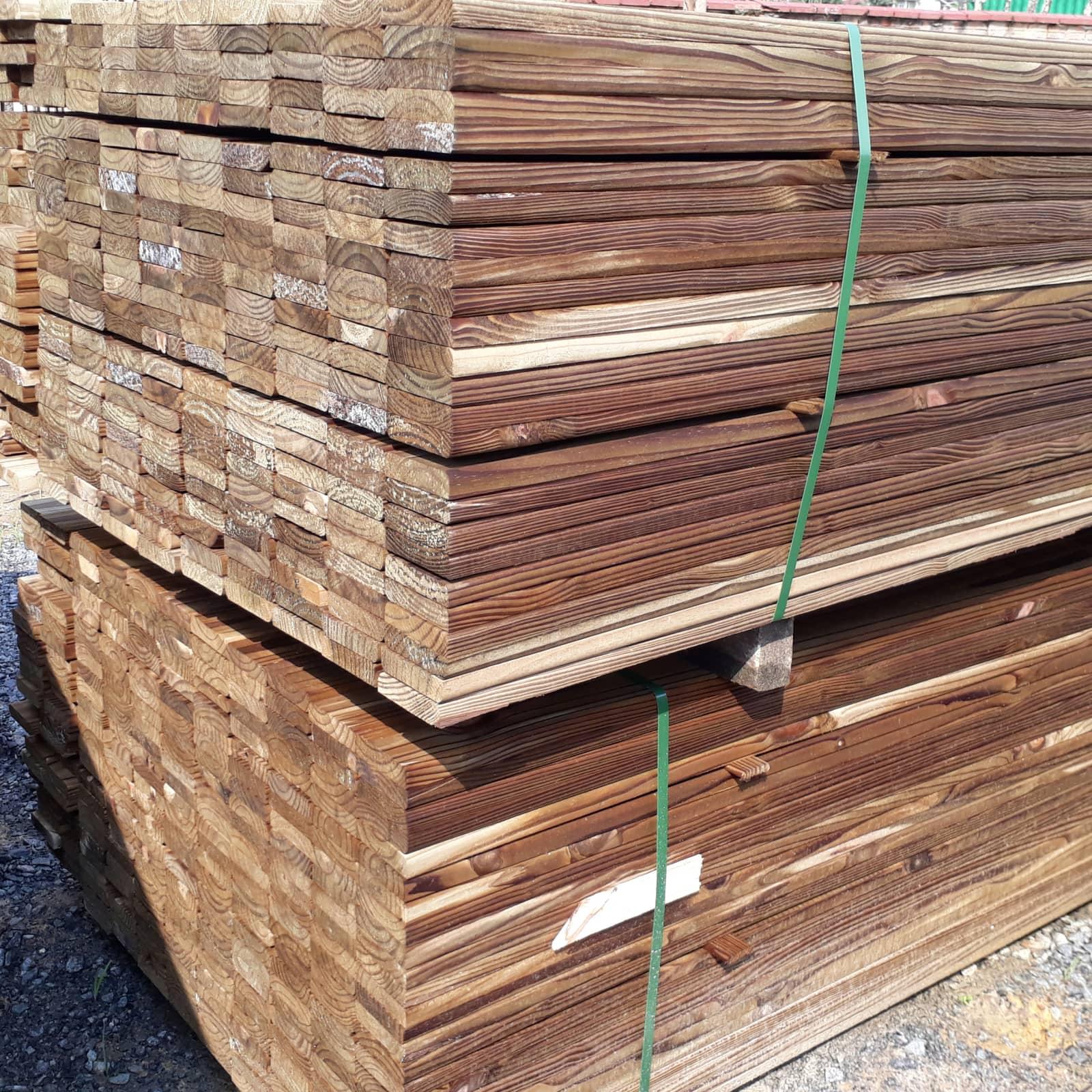 Régua de Deck de Pinus Tratado com nó
